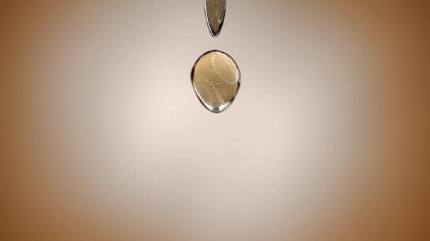 Caduta trasparente gocce su sfondo chiaro