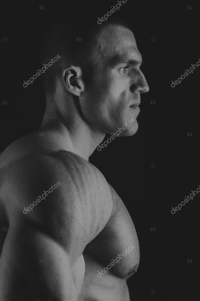 21e18b3bb4ee Μυϊκή νεαρός άνδρας σε ένα μαύρο και άσπρο φωτογραφίες — Φωτογραφία Αρχείου