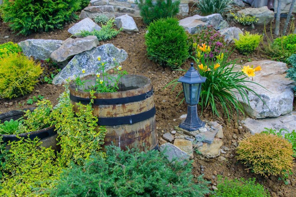 Schöne Gartengestaltung mit Blumen — Stockfoto © aallm #128420618