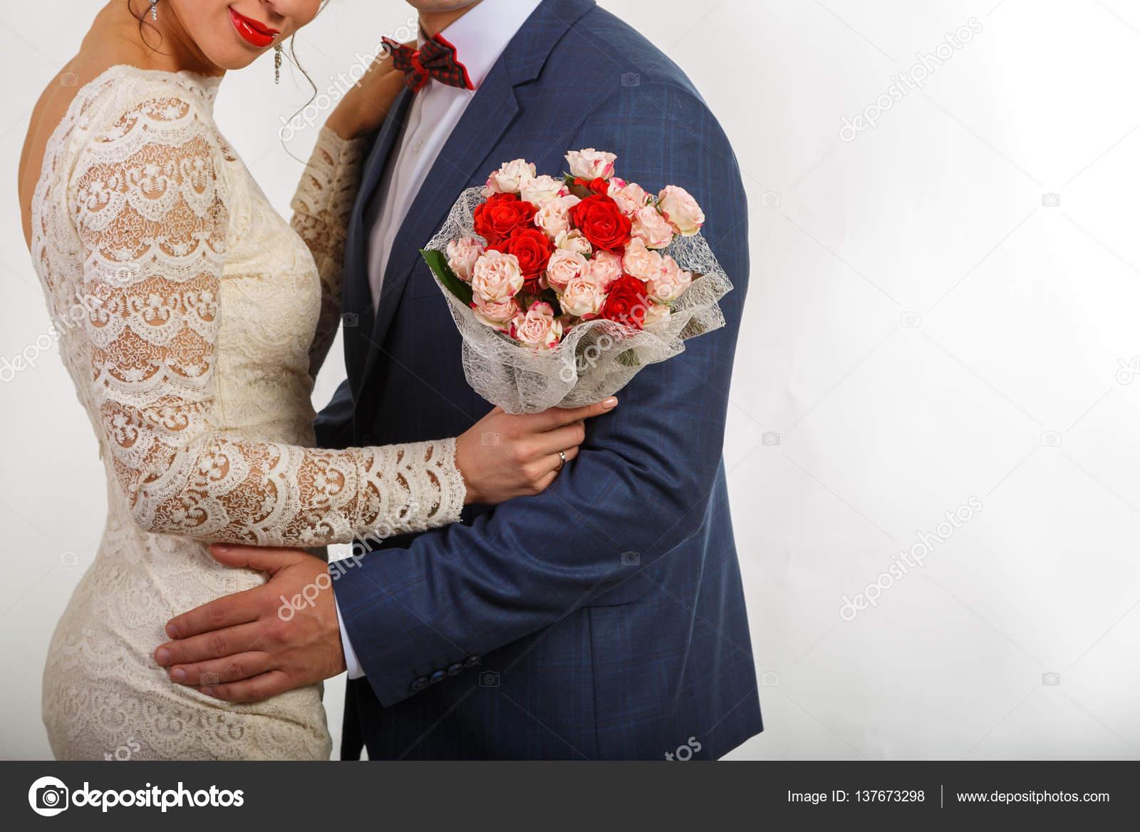 Hochzeit. Das Mädchen in einem weißen Kleid und ein Mann in einem ...