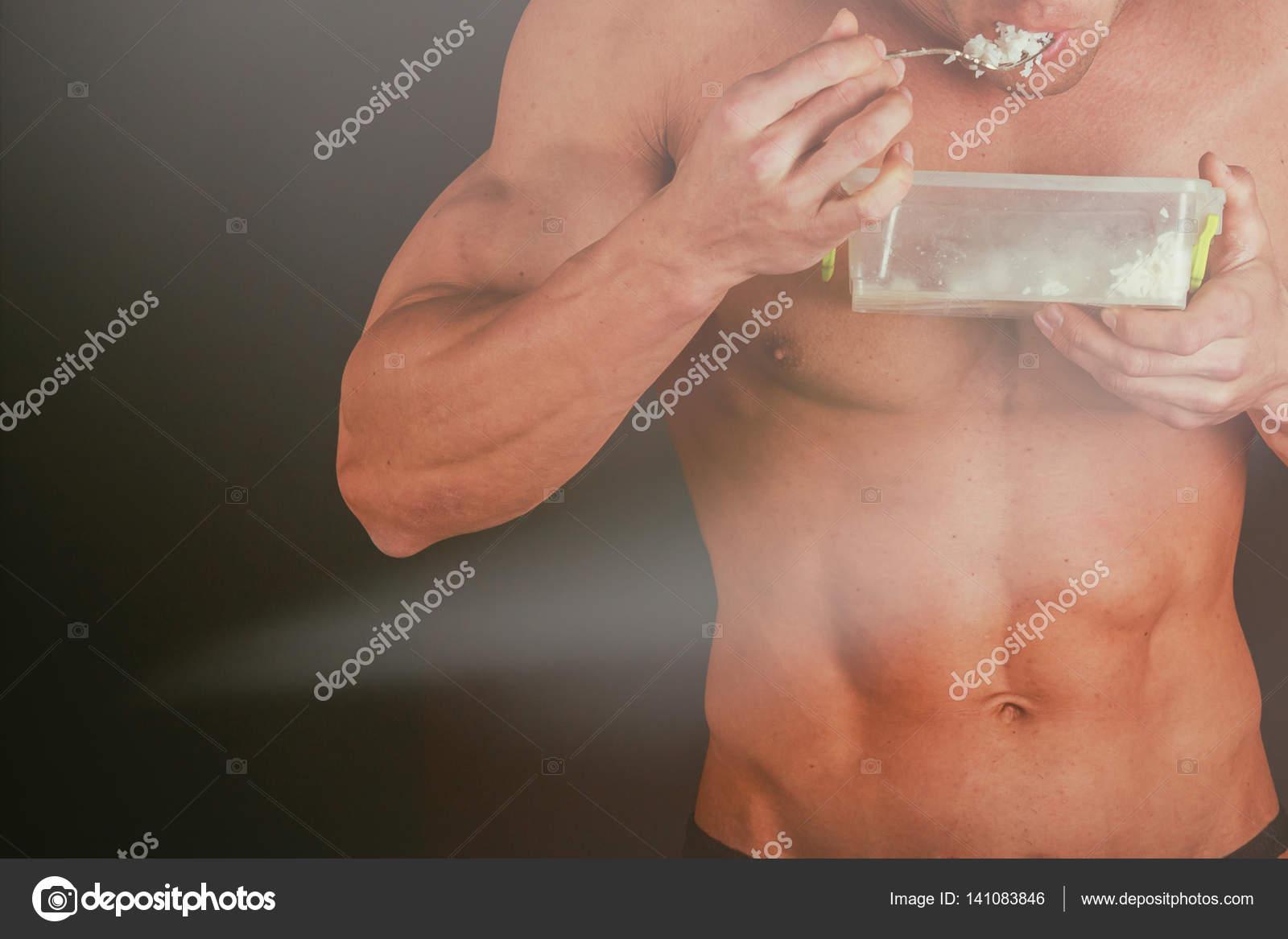 Bodybuilder zeigen seinen Rücken und Bizeps-Muskeln, persönliche ...