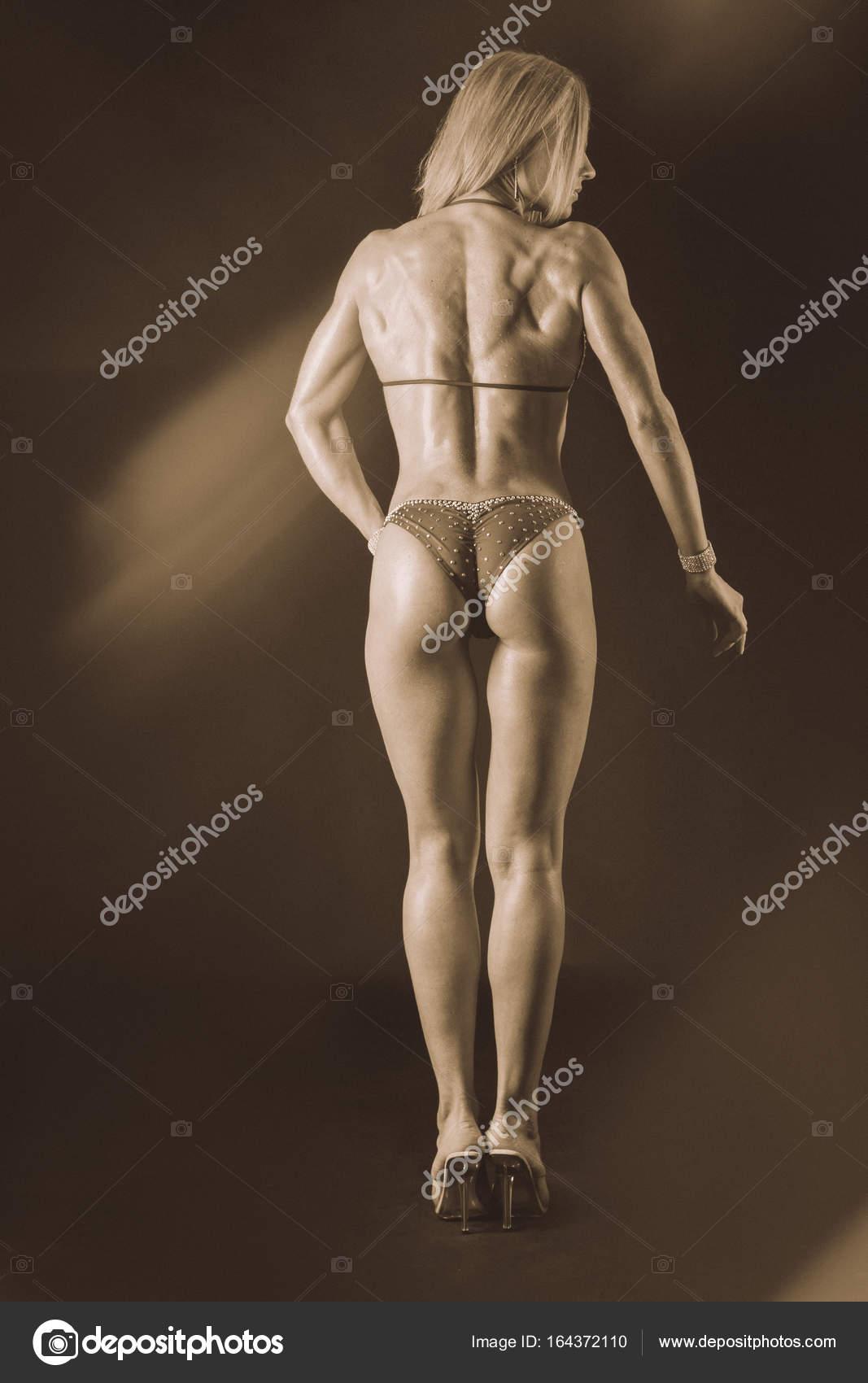 Schönen weiblichen Körper in Trainingskleidung — Stockfoto © aallm ...