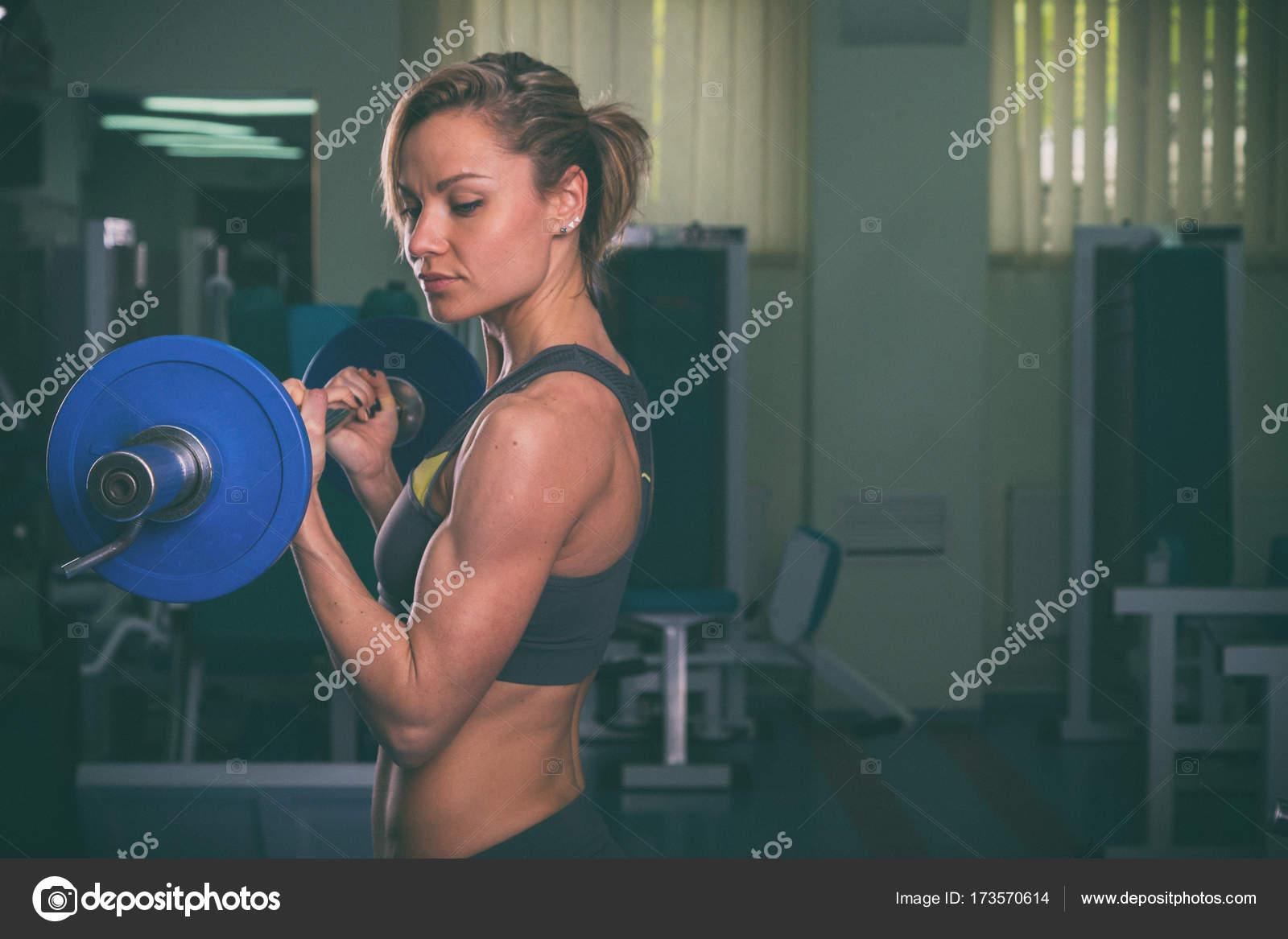 1adf74ca459 Κορίτσι με όργανα γυμναστικής σε λευκό φόντο — Φωτογραφία Αρχείου ...
