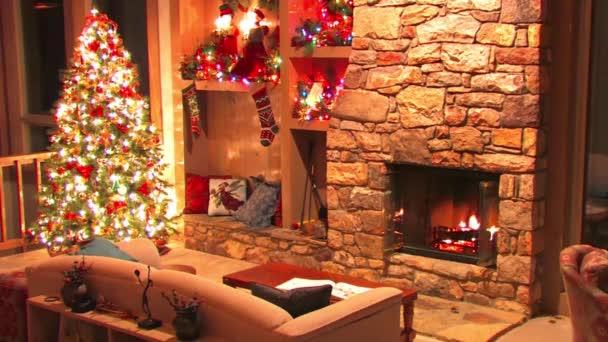 Slavnostní báječný vánoční stromeček Silvestr pokoj dekorace atmosféra smyčka záběr z kmene dřevo hořící v krbu