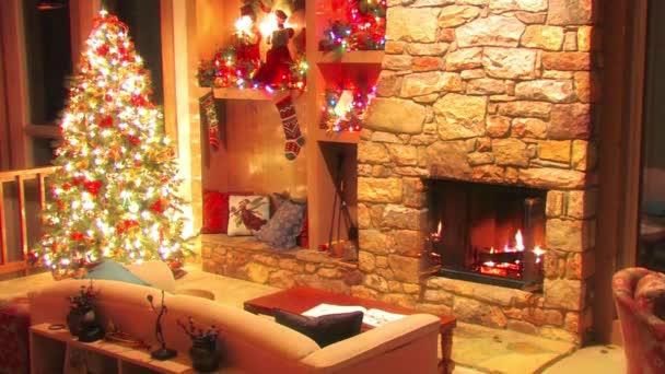 Úžasný slavnostní vánoční stromeček Silvestr uvnitř dekorace atmosféra smyčka záběr z kmene dřevo hořící v krbu
