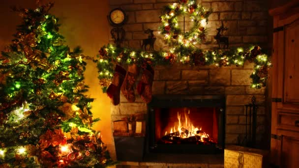 Působivé 4k záběr ohně hořící krbové smyčky v útulné slavnostní vánoční stromeček Nový rok dekorace Noel pokoj