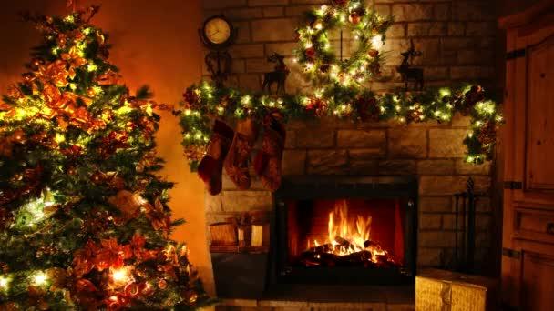 Nádherný 4k záběr ohně hořící krbové smyčky v útulné slavnostní vánoční stromeček Nový rok dekorace Noel pokoj
