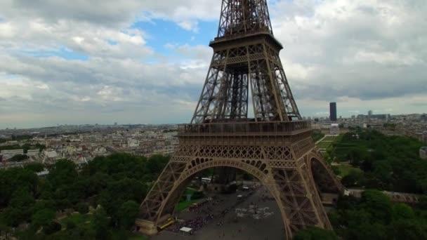 Nádherné letecké drone záběr Eiffelova věž národní symbol Paříž Francie Champ de Mars vysoký ocelový památník oblačný den
