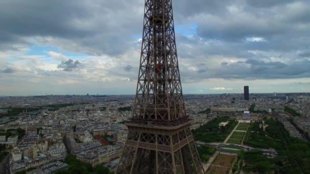 Malebné letecké drone pohled na národní symbol Eiffelova věž Paříž Francie Champ de Mars vysoký ocelový památník oblačný den