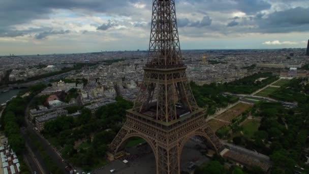 Krásné letecké drone záběr Eiffelova věž národní symbol Paříž Francie Champ de Mars ocelová památka oblačné město