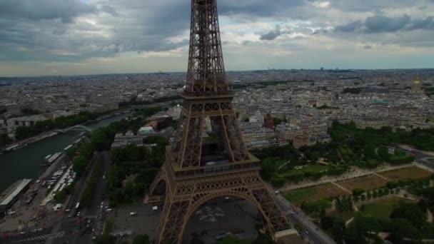 Neuvěřitelný letecký pohled na národní symbol Eiffelovy věže Paris France Champ de Mars monument cloudy cityscape