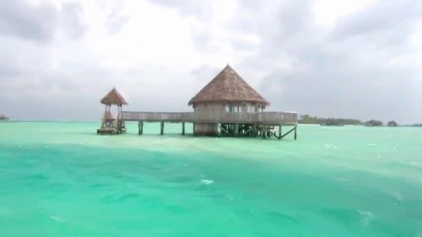 Apró fa luxus üdülőhely bungaló hotel apartman türkiz óceán víz trópusi paradicsom a Maldív-szigetek szigetén