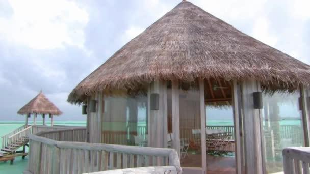 Szép állandó lövés a luxus üdülőhely fa bungaló hotel apartman türkiz óceán trópusi paradicsom Maldív-szigetek