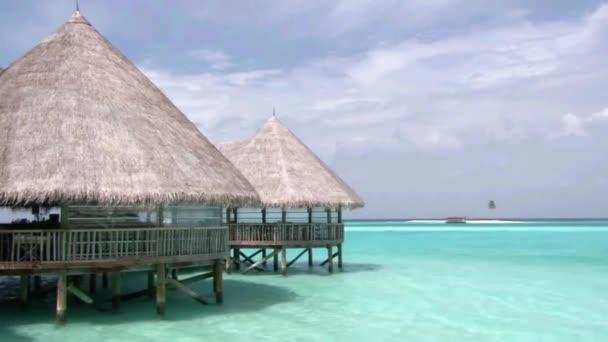 Csodálatos lövés a luxus üdülőhely fa bungaló hotel apartman türkiz tiszta óceán trópusi paradicsom Maldív-szigetek