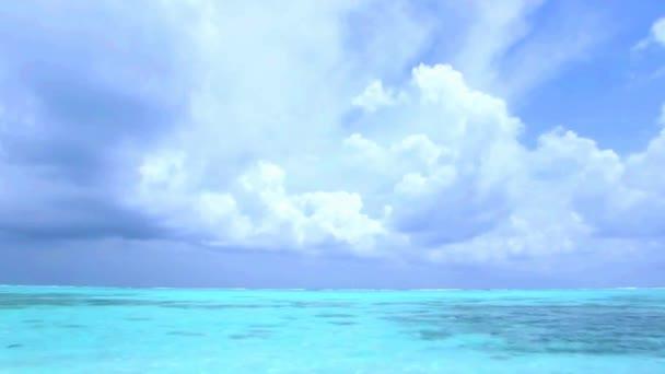 Fascinující stálý pohled na bílé nadýchané mraky na jasně modré obloze nad tyrkysovou vodou tropický oceán Maledivy ráj