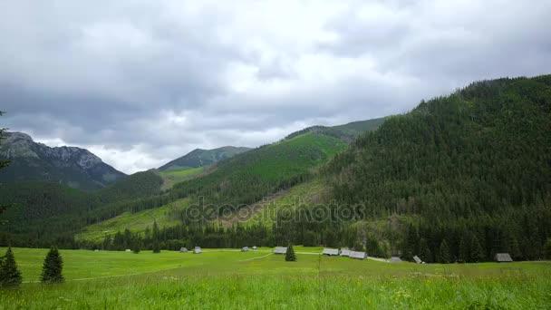 Časosběr z krásné údolí krajina v horách Tatra během dne oblačno letní