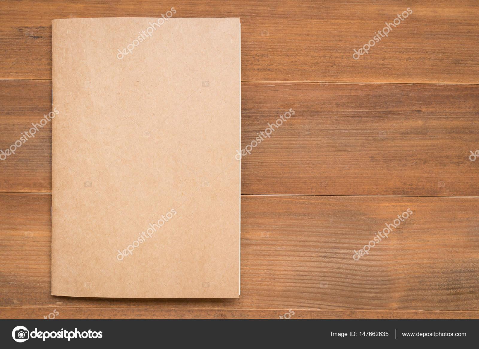 Couverture Du Livre Blanc Sur Fond En Bois Photographie