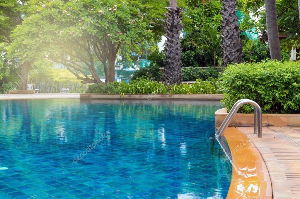 Luxus pool im garten wasserfall  luxus-swimmingpool — Stockfoto © Tzido #125875830