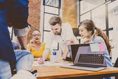 üzletemberek brainstorming hivatalban