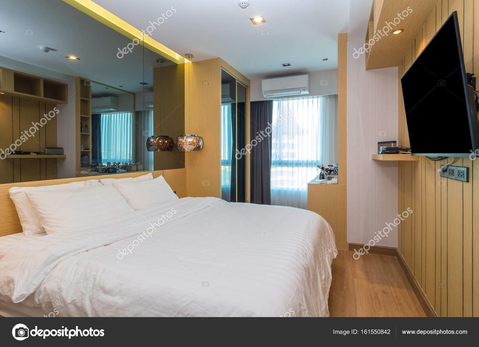 Quarto Interior De Luxo Stock Photo Tzido 161550842 ~ Quarto Grande De Luxo Com Pintar Parede Do Quarto