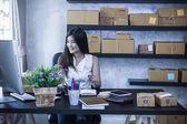 Fényképek online áruház otthon dolgozó nő