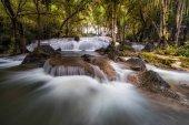 Krásný vodopád v hlubokém lese, vodopádu Pha Tat, Kanchanaburi province, Thajsko, příroda cestování konceptu