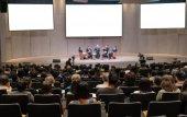 Fotografie Pohled zezadu na publikum prostřednictvím reproduktorů na jevišti v konferenční sál nebo seminář setkání, podnikání a vzdělávání koncepce
