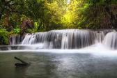 Krásný vodopád v lese, huay mae khamin vodopád, Kanchanaburi province, Thajsko, koncept cestování příroda