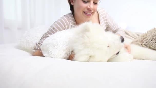 Usmívající se žena hrát s psa