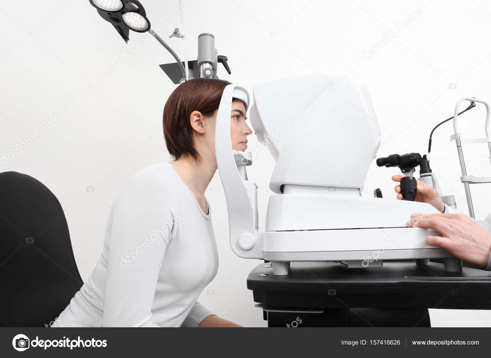 7b5373ec1f γυναίκα κάνει μέτρηση όραση με οπτικό σχισμοειδή λυχνία — Φωτογραφία ...