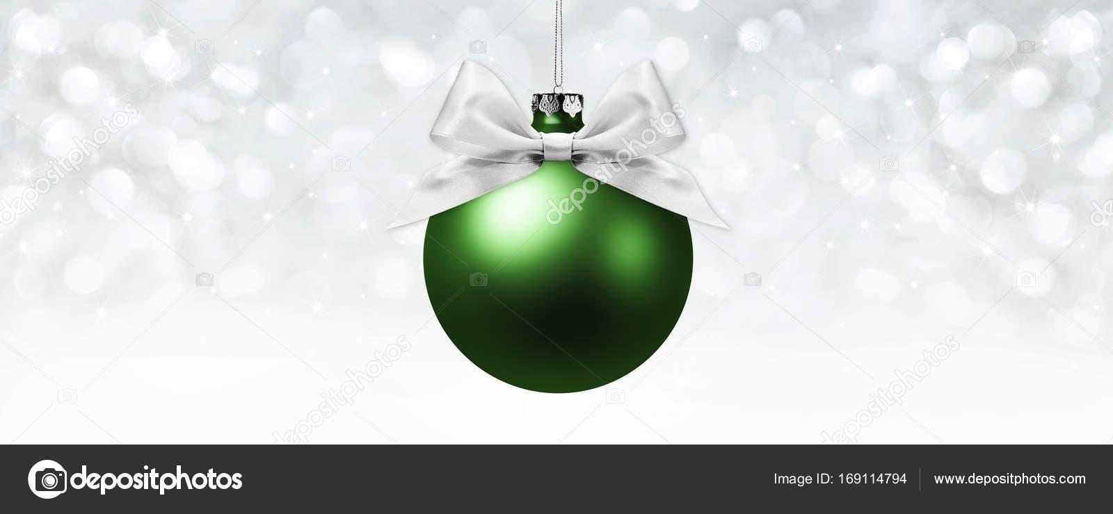 Kugel, Silber Satinband Weihnachtsschleife auf verschwommenen hellen ...