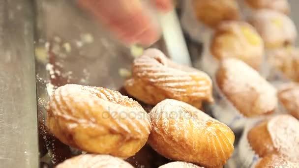 cukrász készít a cukrászda édesség