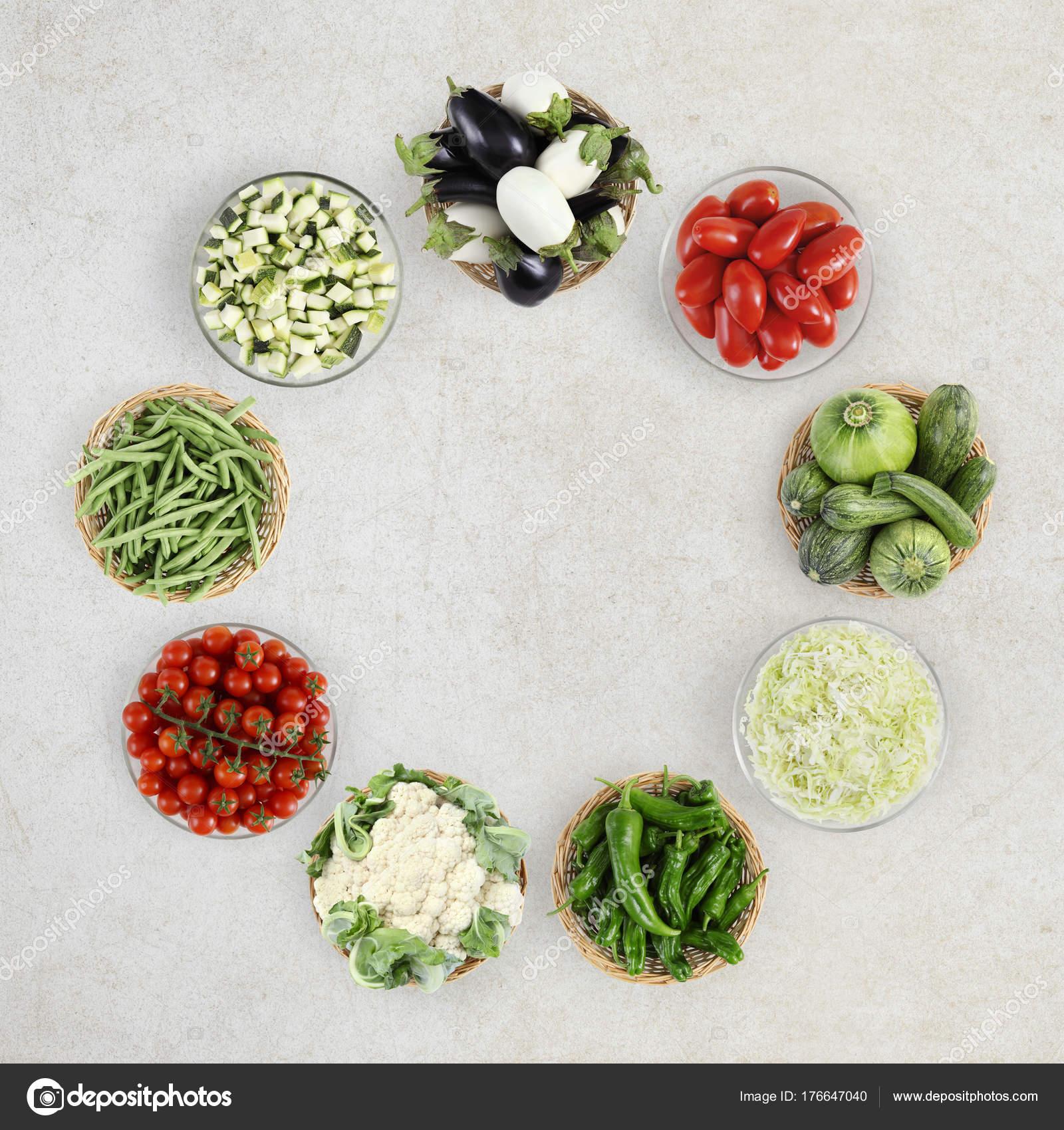 verduras de vista superior de alimentos aisladas en encimera de ...