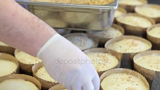 pečivo kuchař ruce dát mandle a ořechy zrna na těsto na velikonoční sladký chléb dorty