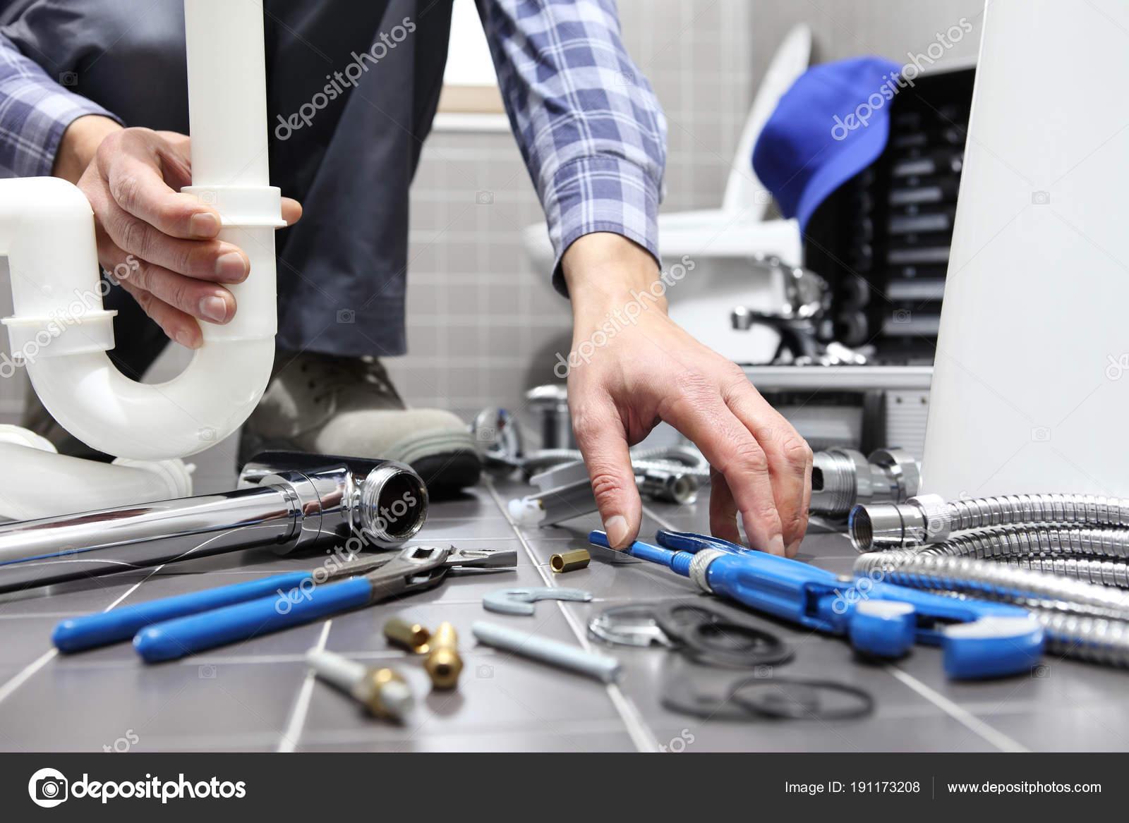 klempner bei der arbeit in einem badezimmer sanitär-reparatur
