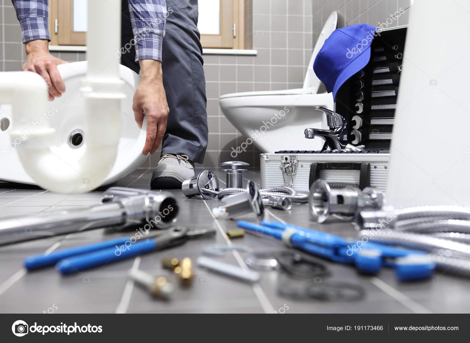 Idraulico al lavoro in un bagno impianto idraulico servizio di