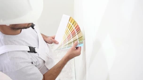 Homme De Peintre Au Travail Couleur De Choix Avec échantillons Nuancier Concept De Peinture Murale Le Décor De L Espace Copie Blanche