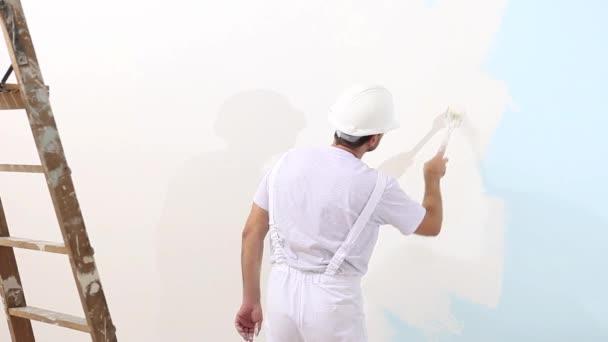 Maler Mann bei der Arbeit mit Pinsel, Wandbemalung Konzept, weiße Kopierraum Hintergrund