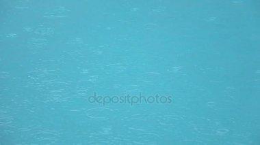 regentropfen fallen ins wasser sch ner pool wasser oberfl che unter dem regen slow motion. Black Bedroom Furniture Sets. Home Design Ideas