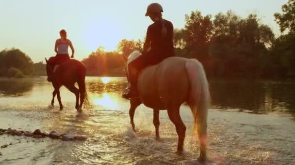 Zwei Mädchen - zwei Pferde