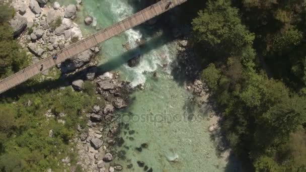 Anténa: Létání nad dřevěnou provazový most vede nad běsnící rychlá řeka peřeje