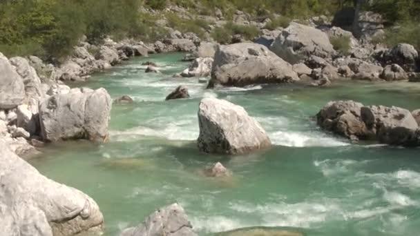 Vzdušný, zblízka: Ohromující smaragd udržovat běh řeky mezi skalami