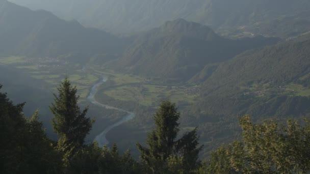 Anténa: Krásná řeka vinoucí se mezi horské údolí v mlhavé ráno