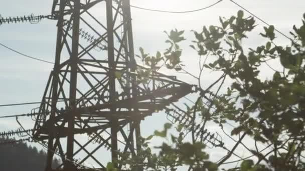 Close Up: Hochspannung Stahl-Sendemast gegen bewölktem Himmel