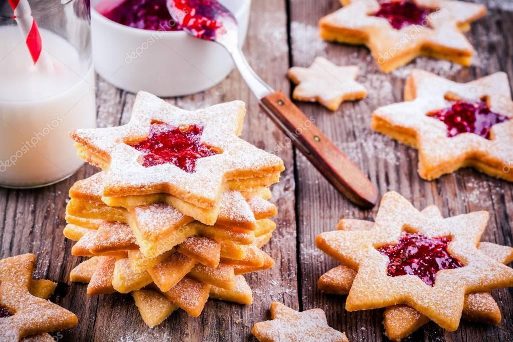 Biscotti Di Natale Con Marmellata.Biscotti Di Natale Linzer Con Marmellata Di Lamponi Foto