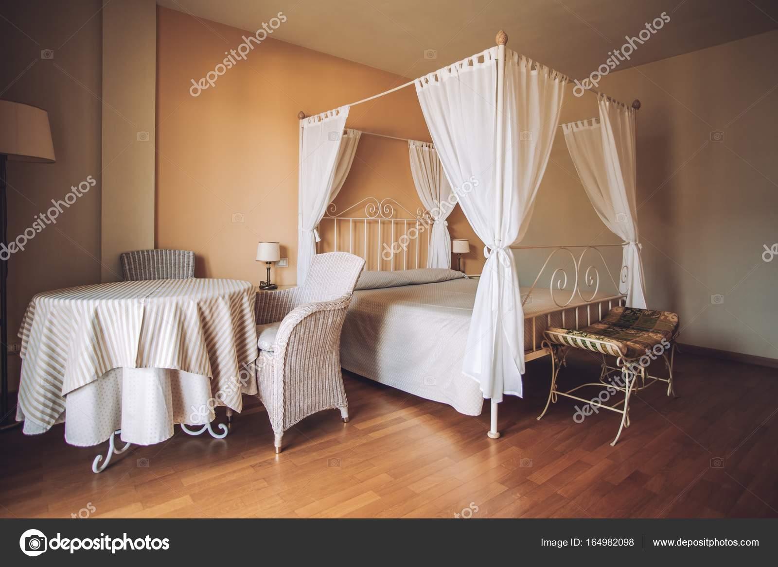 Schlafzimmer In Hellen Farben. Großes Bequemes Doppelbett Im Eleganten  Klassischen Interieur U2014 Stockfoto
