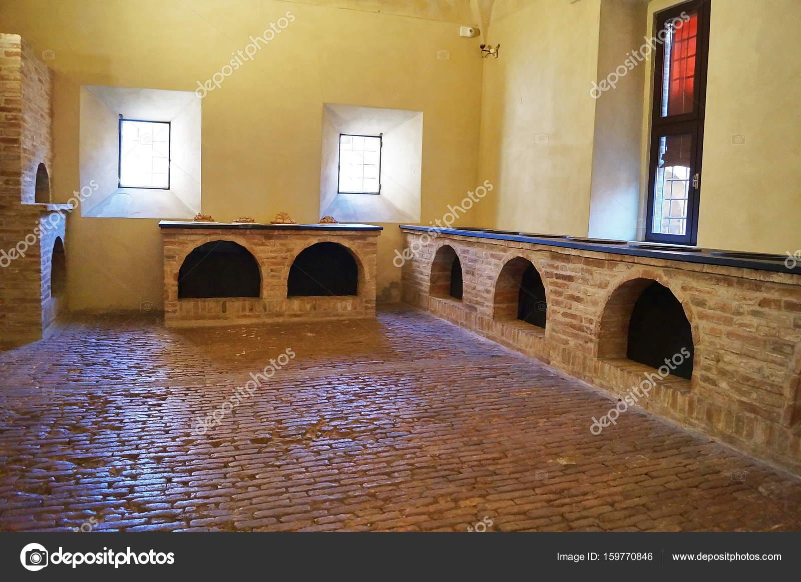 Oude keuken in het kasteel van este in ferrara u stockfoto
