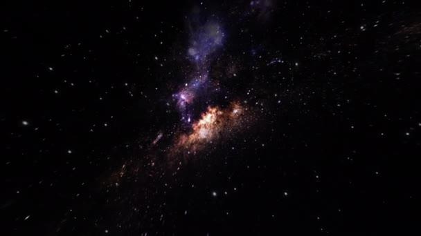 Kamera letí fialovou hvězdnou mlhovinou a hvězdným polem v hlubokém vesmíru.
