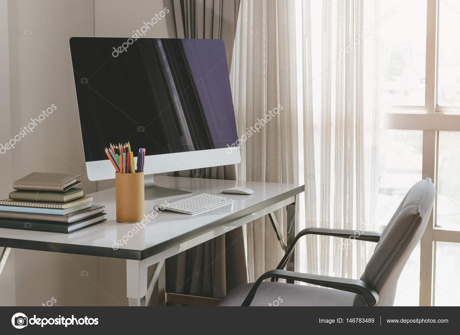 Homme affaires costume lisant journal bureau surpoids