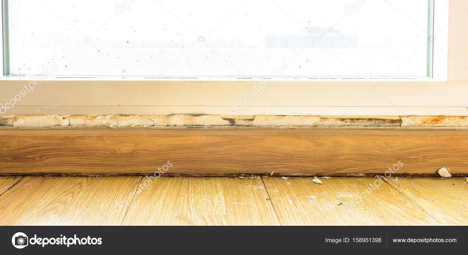 Pavimento Bianco Colore Pareti : Modanature del pavimento e dipingere colore gonfiore sulla vecchia
